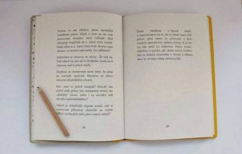 Formát:13,5*19cm                                      Počet stran:95 Vnitřní papír:recyklovaný 90 g/m2 Potah:recyklovaný papír s potiskem Vazba:šitá, knižní (V8) Hřbet:plátno Cena: 325 Kč vč. DPH Doba dodání: do 14-21 dnů (vyrobeny ručně:))