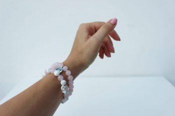 Korálky růženínu nebo howlitu jsou ve velikosti cca 8 mm, jsou navlečenyna kvalitní nylonové gumičce bezbarvé/čiré barvy. Přívěšek se srdíčkem je vyrobený z cínu a neobsahuje nikl, olovo ani kadmium. Je ve starostříbrném provedení. Velikost náramku:univerzální-náramek mávnitřní obvod cca 16 cm, natažitelný až na cca 22 cm.Při natažení nad obvod 23 a více cm již nepůsobí náramek estetickým dojmem. Předkoupí proto doporučuju změřit si obvod zápěstí.♥ Dodání je do 14- ti dní ode dne přijaté platby. Cena je 349 Kč ♥